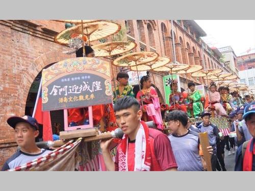 金門の町をにぎわす祭り囃子の一種「人力ムカデ座」