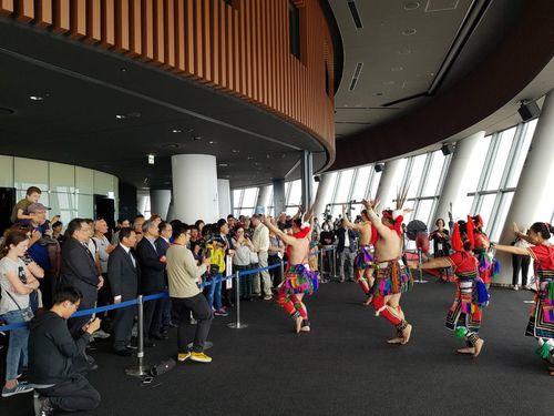 東京スカイツリーの天望デッキで踊りを披露する台湾先住民の人たち=桃園市観光旅遊局提供