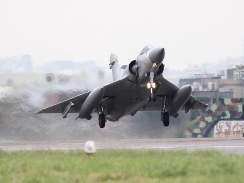 実働演習に参加する戦闘機「ミラージュ2000」=軍聞社提供