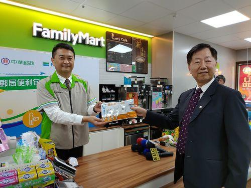中華郵政と提携するファミリーマート=同社提供
