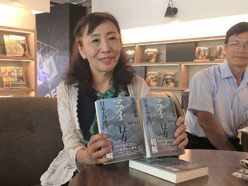 自著を紹介する平野久美子さん