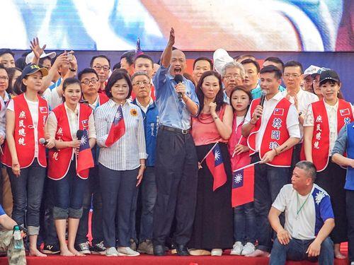 次期総統選について熱く語る韓高雄市長(マイクを手に持つ青いシャツの男性)