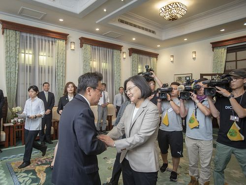 海外の民主化運動活動家の訪問団と面会する蔡英文総統(手前右)=総統府の公式サイトより