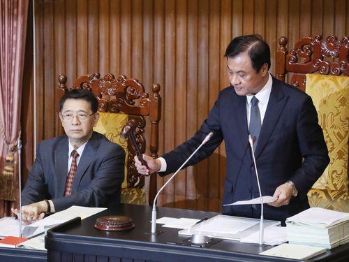 木槌を叩く蘇嘉全立法院長(右)