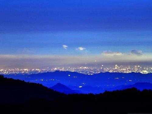黄源明さんが阿里山から撮った高雄の夜景の写真=本人提供