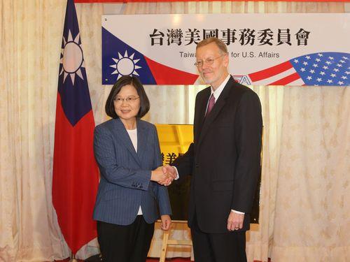 台湾米国事務委員会の看板の前で握手をする蔡総統(左)とAITのクリステンセン台北事務所所長