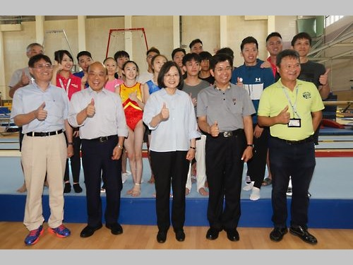 高雄市のナショナルスポーツトレーニングセンターを視察した蔡英文総統(前列中央)