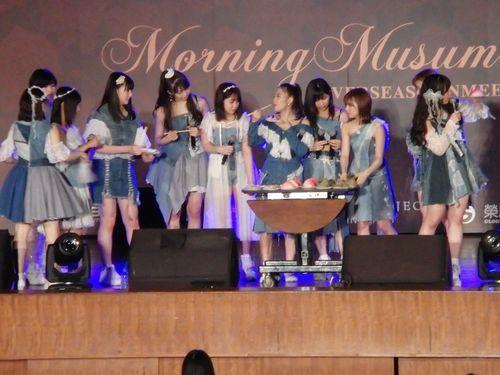 台北で9日に行われたファンミーティングで、台湾の名物グルメを頬張るモーニング娘。