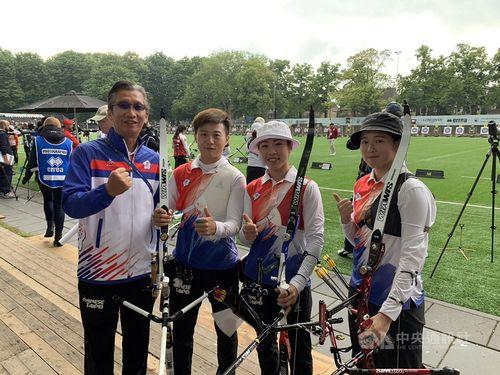 オランダのスヘルトーヘンボスで開催中のアーチェリーの世界選手権で笑顔を見せる台湾代表チーム(倪大智コーチ提供)