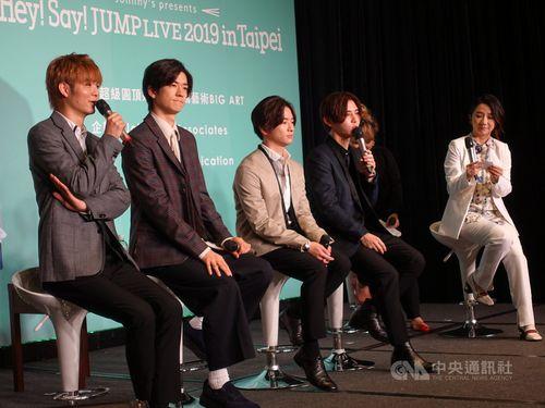 14日に台北市内で開かれた記者会見に出席する「Hey! Say! JUMP」のメンバー。台湾の人気女性タレント、マチルダ・タオ(陶晶瑩、右)が司会を務めた