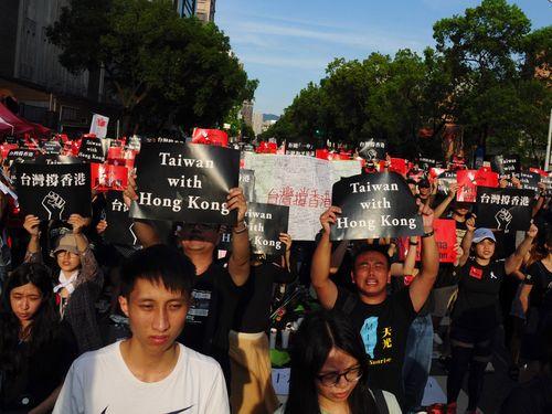 台北の立法院前で行われた、香港の「逃亡犯条例」改正案に反対する集会の様子
