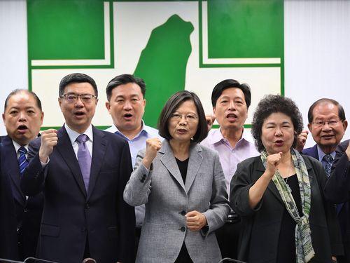 民進党の幹部らとともに握りこぶしを作る蔡英文総統(手前中央)