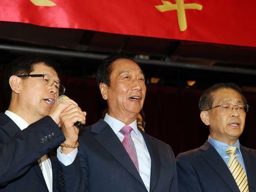 鴻海の次期会長に選ばれた劉揚偉氏(左)と現会長の郭台銘氏(中央)