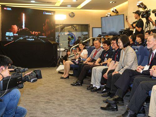 新竹の国家宇宙センターで衛星の打ち上げを見守る蔡総統ら