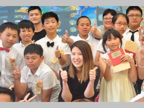 台湾の児童らの卒業式に参加する椿原世梨奈さん(前列中央)