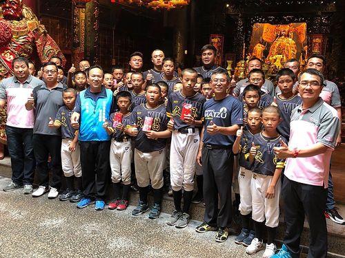 地元・雲林県の媽祖廟「西螺福興宮」でお礼参りをする文昌小の子どもら=同宮提供