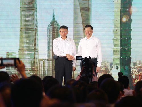 「2019台北上海都市フォーラム」の開会式で握手をする柯文哲台北市長(左)と応勇上海市長