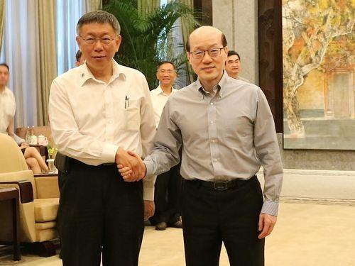 国務院台湾事務弁公室の劉結一主任(手前右)と握手を交わす柯文哲台北市長