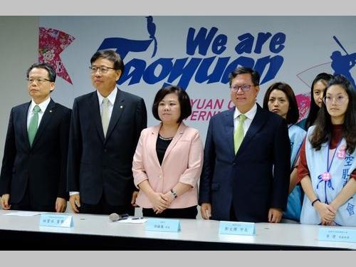 団体協約を結んだエバー航空の林宝水会長(左から2人目)や労組幹部(右端)ら