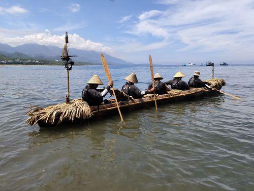 約3万年前の航海を再現するため、7日台東県の烏石鼻漁港を出発した日台合作プロジェクトのチーム