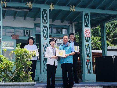 関係者に「重要文化景観」登録の証書を手渡す鄭麗君文化部長(手前左)