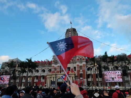 総統府前で中華民国国旗を振る市民ら=資料写真