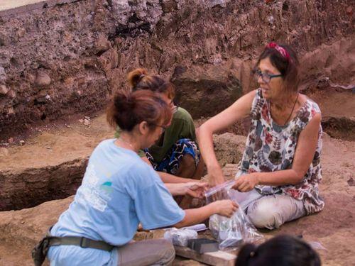 発掘作業に加わるスペインの考古学者ら=基隆市政府提供