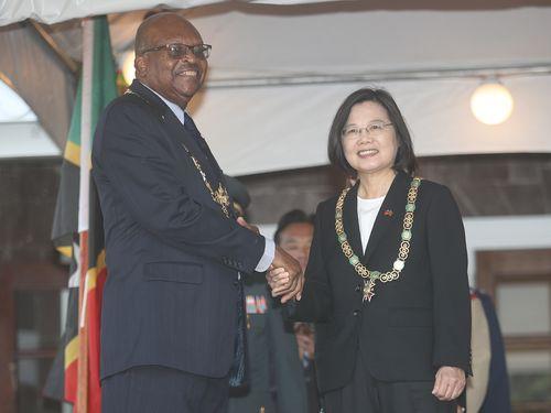 シートン総督(左)から勲章を贈られた蔡総統
