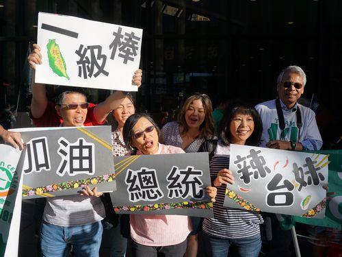 外遊を終え帰国する蔡英文総統を見送るデンバー在住の台湾の人々