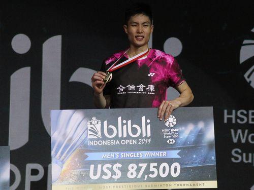 バドミントンのインドネシアオープン男子シングルスで優勝した周天成