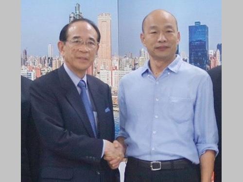 韓国瑜高雄市長(右)と握手を交わす日本台湾交流協会の大橋光夫会長