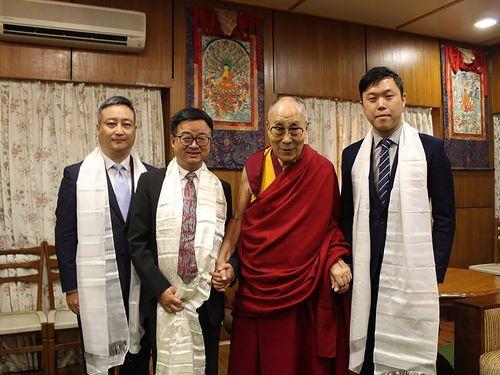 ダライ・ラマ14世を訪問した民進党の羅文嘉秘書長(左から2人目)=李問さんのフェイスブックから