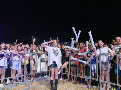 記念撮影に応じる「金門夏日音楽季」出演歌手