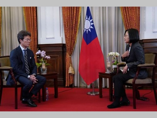 NHKの有馬嘉男キャスター(左)のインタビューを受ける蔡英文総統=総統のツイッターから