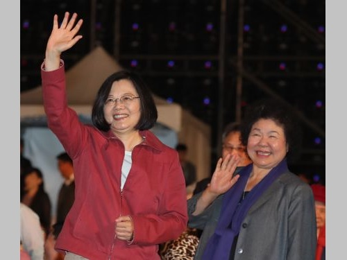 蔡英文総統(左)と陳菊総統府秘書長=資料写真