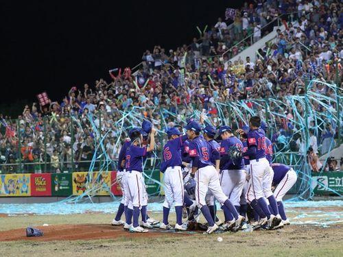 優勝を喜ぶ台湾代表チーム