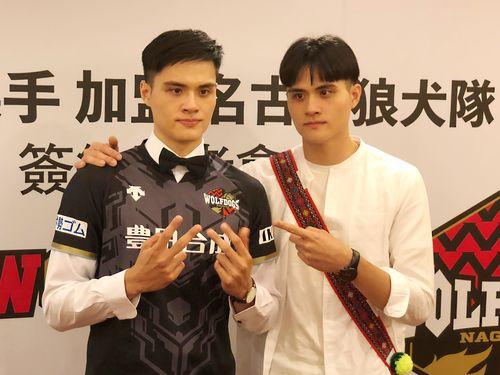 ウルフドッグス入団を発表した劉鴻杰(左)と祝福に駆けつけた双子の兄、鴻敏
