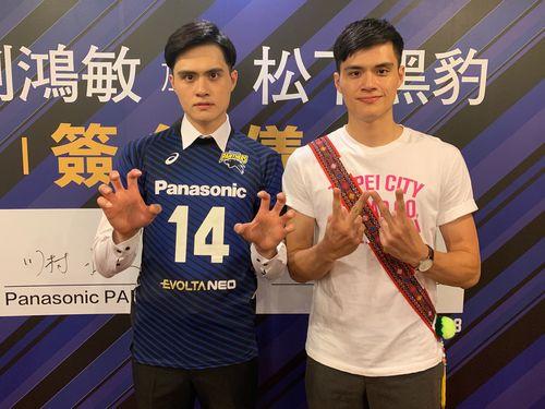 ポーズを決める劉鴻敏(左)と双子の弟の鴻杰