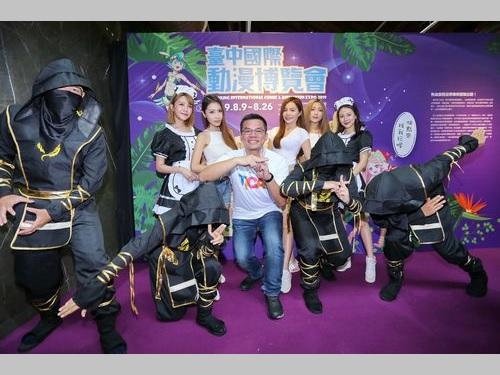 9日の記者会見に臨む台中市新聞局の呉皇昇局長(手前中央)=同市提供