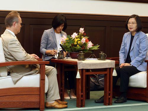 英貴族院議員のピーター・トラスコット氏(左)らと面会する蔡英文総統(右)