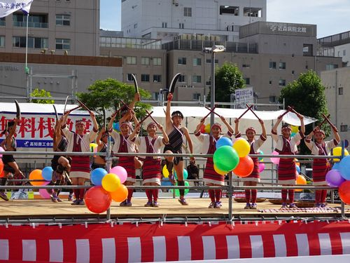 高知よさこい祭りで踊りを披露する台湾の子どもたち