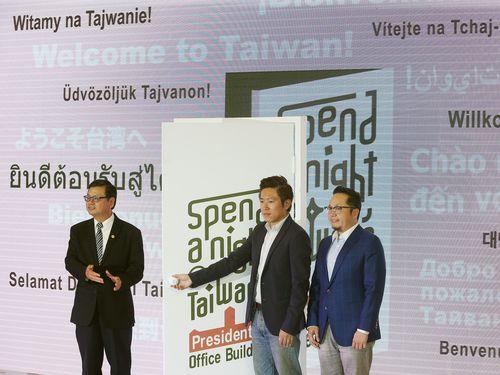 総統府に泊まれるイベントのPR会見に参加する張惇涵報道官(中央)