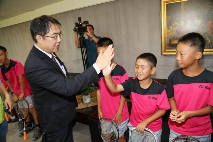 新南小の児童らとハイタッチを交わす黄偉哲台南市長(左)=同市政府提供