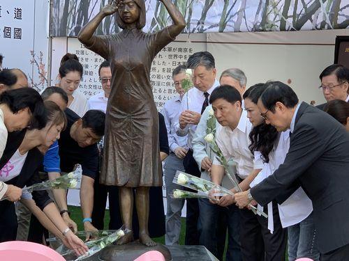 慰安婦像に献花する馬英九前総統(手前右)