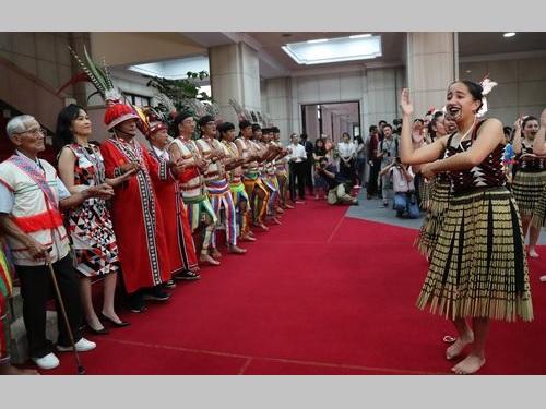 行政院庁舎で台湾アミ族の人々(左側)の出迎えを受けるニュージーランド・マオリ族の青少年ら