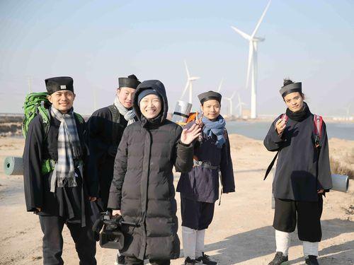 ドキュメンタリー「少年問道」の出演者とチュウ・ユー監督(手を振る女性)=海鵬影業提供