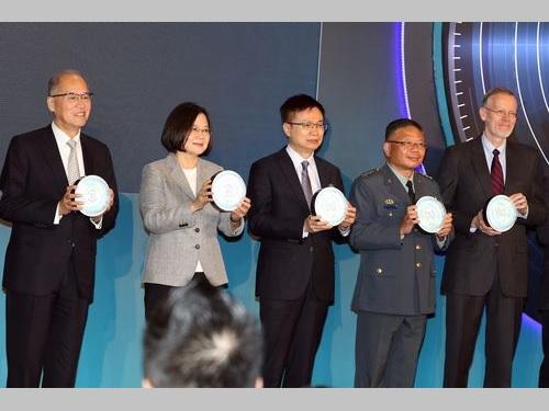 「台北国際航空宇宙産業および国防工業展」の開会式に臨む蔡英文総統(左から2人目)