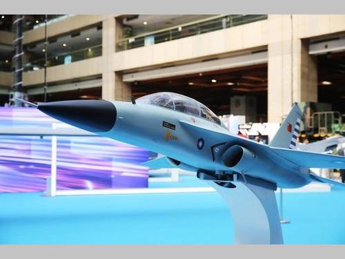 「台北国際航空宇宙産業および国防工業展」で展示される国産高等練習機の模型