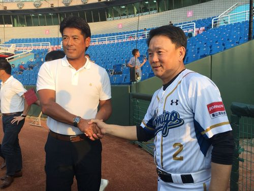 洪一中・台湾代表監督(右)と握手をする侍ジャパンの稲葉篤紀監督
