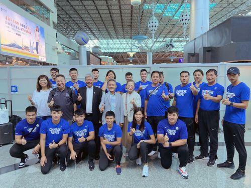 出発前に空港でポーズを決める台湾の代表選手ら=中華民国陸上協会提供